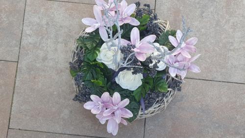 Paarse/witte bloemen op witte ronde mand