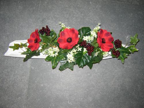 Schuit met rode bloemen